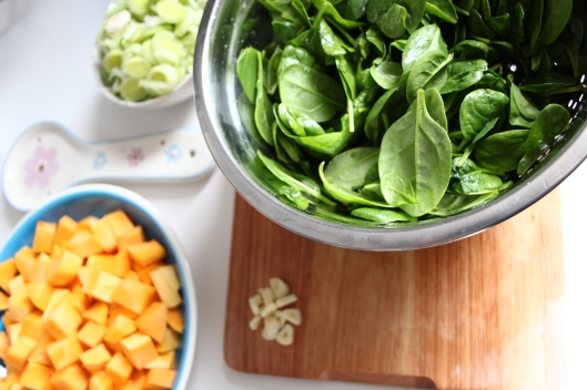 spinach, garlic, preparing vegetables